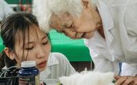 """Bên trong phòng khám chữa bệnh, châm cứu miễn phí cho chó mèo ở Hà Nội: """"Ngoan, bà thương..."""""""