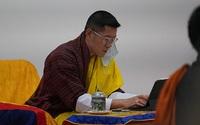 Vợ chồng Vua Bhutan dẫn hai con thăm thú đất nước