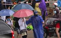Hình ảnh phụ huynh đội mưa đón thí sinh trong cơn mưa tầm tã sau buổi thi cuối tuyển sinh vào lớp 10