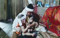 Tương lai mờ mịt của hai đứa trẻ nheo nhóc khi bố qua đời, mẹ lại mang bệnh nặng
