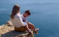 Mẹ đưa con trai lên vách đá chụp ảnh sống ảo, dân mạng phát hiện chi tiết 'chết người', đòi 'tước quyền làm mẹ ngay'