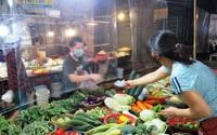Chợ mở nhưng vắng khách mua ở TP Vinh