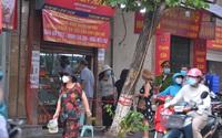 Hà Nội: Hàng trăm người kéo đến đường Thụy Khuê mua bánh, lực lượng chức năng căng mình giữ trật tự.