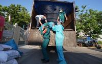 H'Hen Niê tự mình vác bao gạo 50kg cứu trợ, được gọi là 'Hoa hậu lực điền' vì làm việc không thua gì đàn ông
