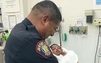 Cảnh sát đỡ được đứa bé 1 tháng tuổi bị ném từ ban công