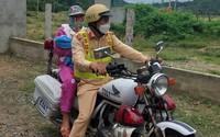 Cảnh sát giao thông dùng xe đặc chủng chở mẹ con sản phụ về nhà