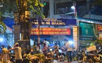 Hà Nội vừa nới lỏng giãn cách xã hội, người dân ra đường từ tờ mờ sáng, chợ dân sinh tấp nập người mua kẻ bán
