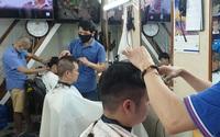 """Thợ không ngơi tay trong """"Ngày hội đàn ông đi cắt tóc"""""""