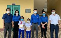 """Quảng Trị: Trao tặng Huy hiệu """"Tuổi trẻ dũng cảm"""" cho 2 học sinh cứu người bị đuối nước"""
