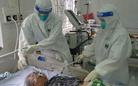 Cảm động nam điều dưỡng cõng người bệnh xuống 3 tầng lầu, kịp thời cứu sống bệnh nhân