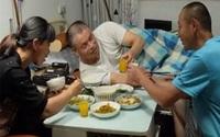 Đưa chồng cũ của vợ về sống cùng, tận tình chăm sóc suốt 16 năm