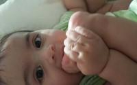 """Cực đáng yêu khi bé """"nghiện"""" mút ngón chân"""