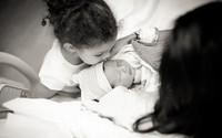Những khoảnh khắc của con cha mẹ nên chụp lại cho bé
