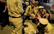 Hà Tĩnh: Bị yêu cầu kiểm tra nồng độ cồn, tài xế dùng tay và dép đánh vào mặt cảnh sát giao thông