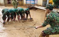 Hình ảnh lính biên phòng căng mình thu dọn lớp bùn dày cả mét sau mưa lũ