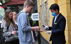 Hà Nội: Phát khẩu trang, xịt nước rửa tay kháng khuẩn cho du khách