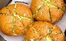 """Rất nhanh đã làm xong bánh mì bơ tỏi phô mai đang """"làm mưa làm gió"""" bằng nồi chiên không dầu"""
