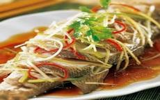 Nhiều người quen ướp gia vị khi hấp cá nhưng phải cho thứ này vào cá mới thơm ngọt, không bị tanh và khô