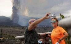 Du khách thích thú chiêm ngưỡng núi lửa phun trào ở Tây Ban Nha, người dân xót xa vì mất nhà