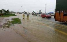 Lũ lụt miền Trung: Mưa xối xả, nước lũ băng qua Quốc lộ 1 ở Quảng Nam
