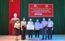 Đại học Huế trao học bổng cho hai sinh viên mồ côi ở Hà Tĩnh