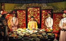 Vì sao vua triều Nguyễn chỉ dùng cơm bằng đũa làm từ gỗ cây Kim Giao?