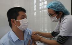 Những nhân viên y tế đầu tiên ở Huế được tiêm vaccine COVID-19