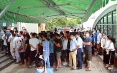 """Dịch đang """"căng"""", giật mình biển người ở Hà Nội chen chúc lấy mẫu xét nghiệm"""