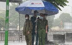 Hà Nội: Hình ảnh các cán bộ chiến sĩ làm nhiệm vụ trực chốt dưới cơn mưa tầm tã gây xúc động mạnh