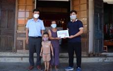 Báo Sức khỏe và Đời sống trao tiền bạn đọc đến hoàn cảnh khó khăn ở Quảng Bình