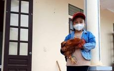 Bé 8 tuổi ôm một con gà, bao gạo, bí đỏ đến ủng hộ khu cách ly