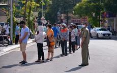 Hình ảnh khác lạ người dân Hà Nội ùn ùn đội nắng xếp hàng mua bánh Trung thu Bảo Phương giữa mùa dịch