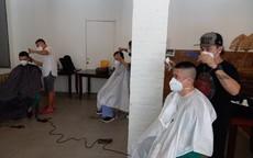 Cắt tóc miễn phí cho y, bác sĩ nơi tâm dịch TP Hồ Chí Minh