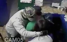 Tên cướp xin lỗi, ôm hôn và cho tiền nạn nhân
