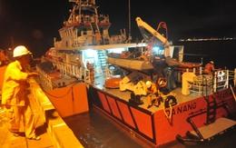 """13 ngư dân Việt chới với giữa biển sau cú đâm mạnh của """"tàu lạ"""""""