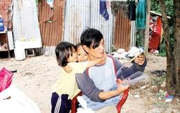 Trải lòng của ông bố sống cùng hai con gái ở vỉa hè: Ngán lắm rồi, cả giang hồ lẫn đàn bà
