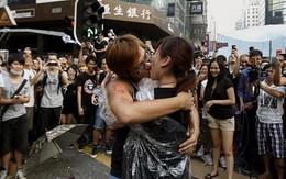 Màn cầu hôn lãng mạn giữa điểm biểu tình tại Hồng Kông