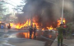 Cháy kho phế liệu, nhiều người hoảng loạn