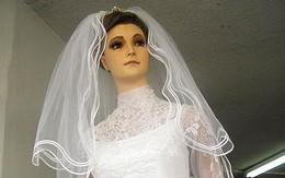 """Kỳ bí """"xác ướp"""" ma-nơ-canh xinh đẹp mặc váy cưới suốt 82 năm"""