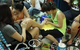 Hẻm nail sôi động nhất Sài Gòn, 4 mét vuông 10 người chen chúc