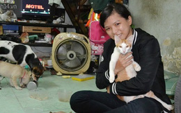 Cô gái trẻ đi quét rác để kiếm tiền nuôi hàng chục con mèo bỏ hoang