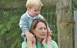 Hoàng tử bé nước Anh được bà cõng trên vai đi chơi vườn thú