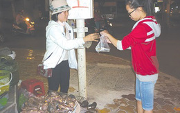 Cảm phục cô sinh viên nghèo bán khoai nướng