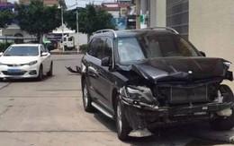 Sau xét xử ly hôn, chồng lái Mercedes đâm nát xe của vợ