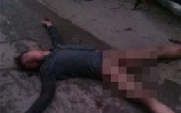 """Sốc với hình ảnh nam thanh niên tự """"hành xác"""" trên phố"""