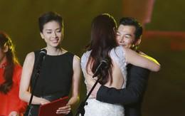 Trần Bảo Sơn ôm chặt Trương Ngọc Ánh trên sân khấu