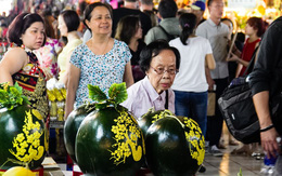 Dưa hấu tài lộc mạ vàng 1,8 triệu/cặp ở chợ Tết Sài Gòn