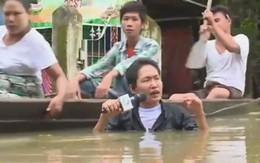 Phóng viên đằm mình dưới dòng nước lũ để đưa tin gây sốt