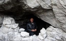 Người đàn ông sống trong hang thú nhận không hề gửi tiền về cho gia đình