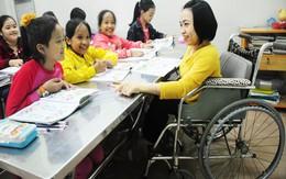 Cô giáo bại liệt ngồi xe lăn dạy học trò
